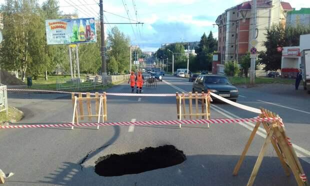 Третий за год провал на улице Петрова в Ижевске устранят в течение двух суток