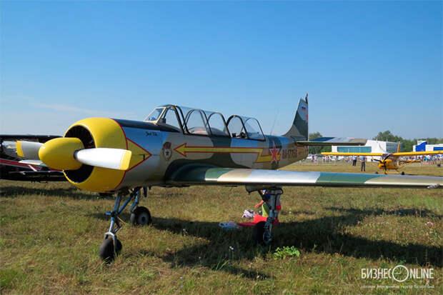 15-минутный полет по кругу на настоящем спортивном Як-52 обойдется в 4,3 тыс. рублей, с пилотажем — 6,3 тыс