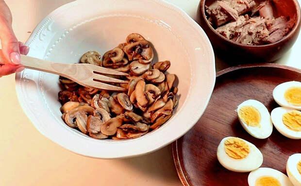 Сытный зимний салат заменил весь обед, а использовали только яйца, грибы и банку консервов