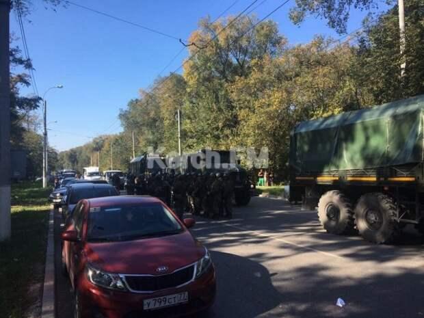 К колледжу в Керчи  подъехали  БТР и военные с автоматами (ФОТО, ВИДЕО).