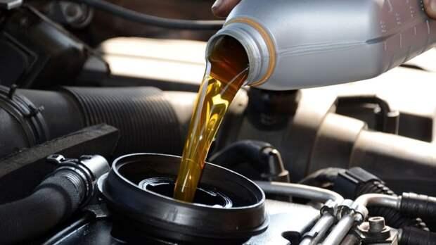 Трущиеся поверхности двигателя смазываются моторным маслом. | Фото: i.ytimg.com