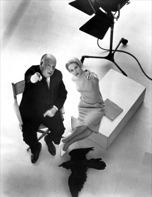 Альфред Хичкок и Типпи Хедрен во время съёмок фильма «Птицы». Фото