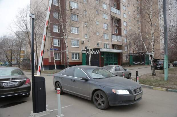 Шлагбаумы и кодовые замки с помощью мобильного приложения открываются за считаные секунды/Артур Новосильцев, «Восточный округ»