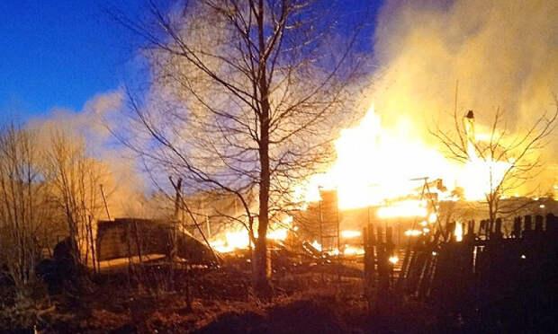 В Вельском районе полностью сгорело частное хозяйство. Спасти удалось только автомобиль