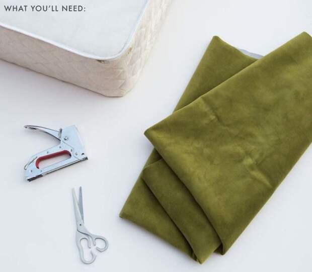 Перевоплощение кровати с помощью простых досок, поролона и красивой ткани