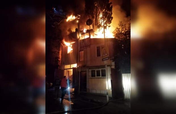Крупный пожар всю ночь тушили в Ялте