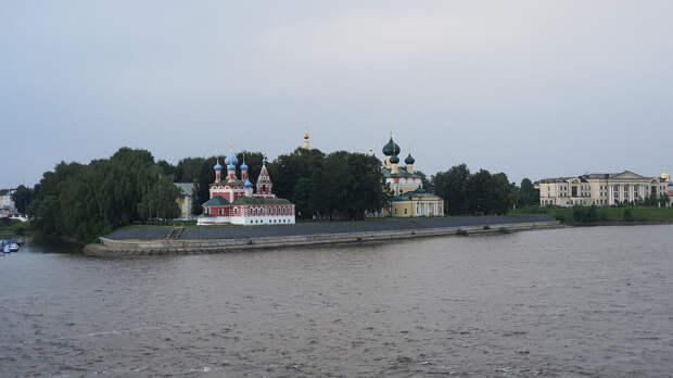 Церковь царевича Димитрия на крови в Угличе (красное здание)