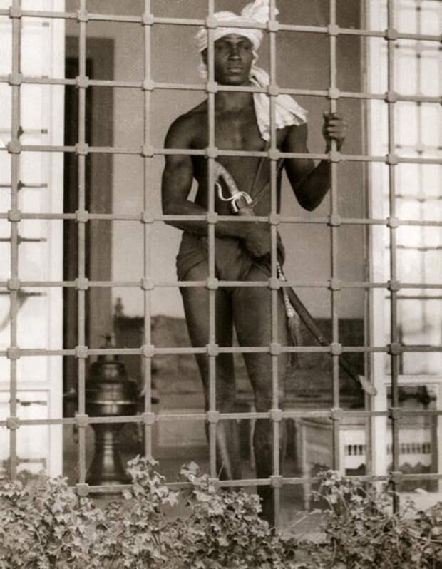 Евнух охраняет гарем в Тунисе, 1931 год