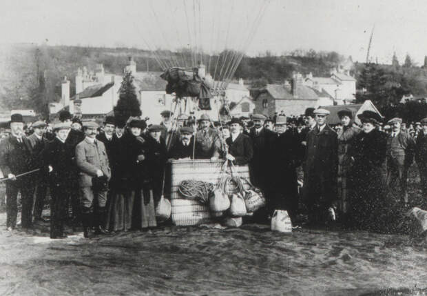 Полеты Роллс полюбил после первого же подъема на воздушном шаре. На этом снимке Чарльз крайний справа в гондоле rollce-royce, авиация, авто, автоистория, история, летчик, факты, чарльз роллс