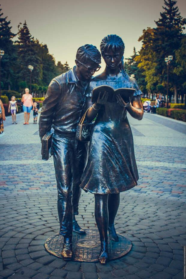 Памятник Шурику и Лиде в Краснодаре. / Фото: www.tourister.ru