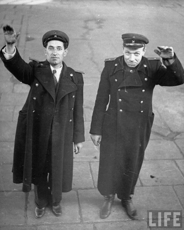 Капитан И. Бабайцев и лейтенант К. Камардин контролирующие отправку состава с демонтированным заводом. 1946
