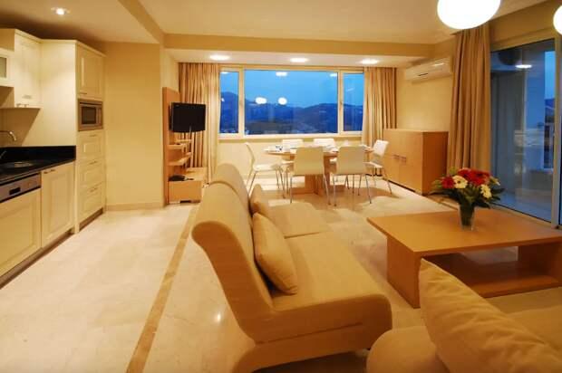 Эту квартиру с тремя спальнями в Алании можно забронировать на сайте Airbnb за 2400 рублей в сутки. Какой туроператор вам предложит такое?!