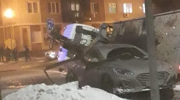 Эвакуатор рухнул вместе с автомобилем в Самаре