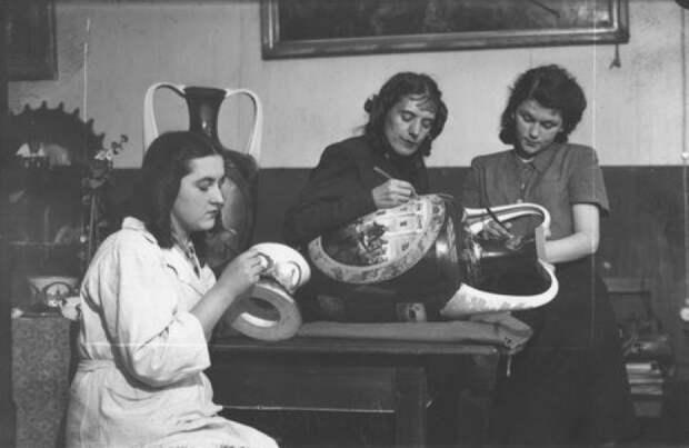 1947 год. Анна Яцкевич (в центре) с коллегами расписывает вазу к юбилею Октябрьской революции