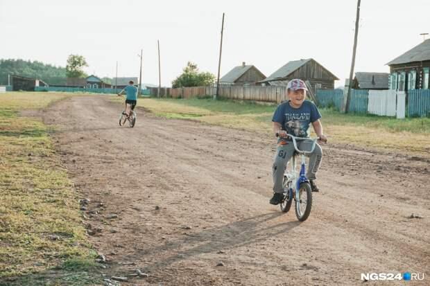 Миллионы — в родное село: зачем всемирно известный скульптор Даши Намдаков вкладывает деньги в российскую глубинку