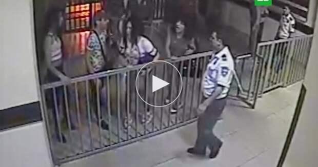 Гомосексуалисты в платьях избили полицейских (ВИДЕО)