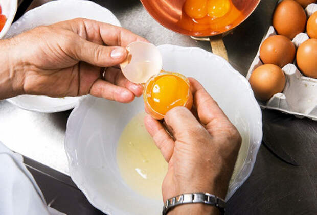 Фото приготовления рецепта: Сабайон с клубникой - шаг 2