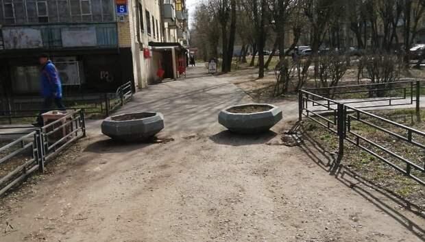 Клумбы для защиты от неправильной парковки установили на Симферопольской улице