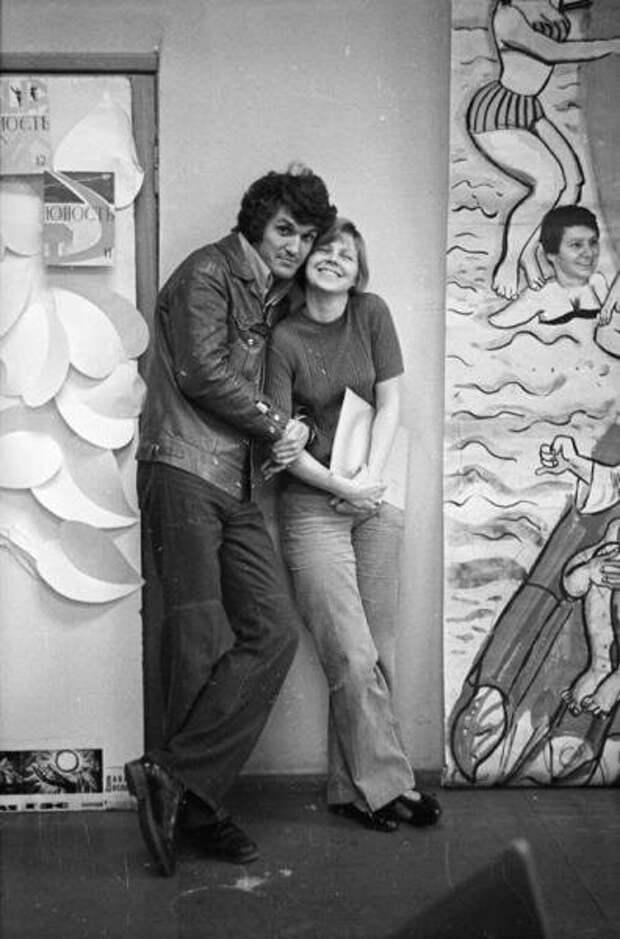 20-летие журнала «Юность». Двое молодых людей на фоне плаката в фойе Сергей Васин, 10 июня 1975 года, г. Москва, МАММ/МДФ.