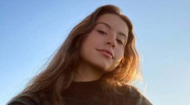 Дочке Кэтрин Зета-Джонс и Майкла Дугласа Кэрис исполнилось 18 лет: как она выглядит и чем занимается