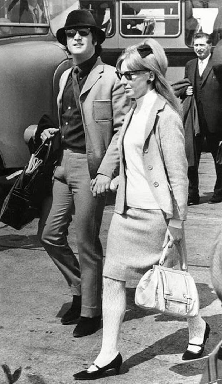 Джон Леннон вылетает на Каннский кинофестиваль со своей первой женой Синтией Леннон, предположительно инкогнито, в темных очках и зеленой велюровой шляпе, 1965 год.