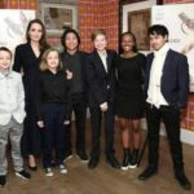 Анджелина Джоли с детьми сидит на карантине