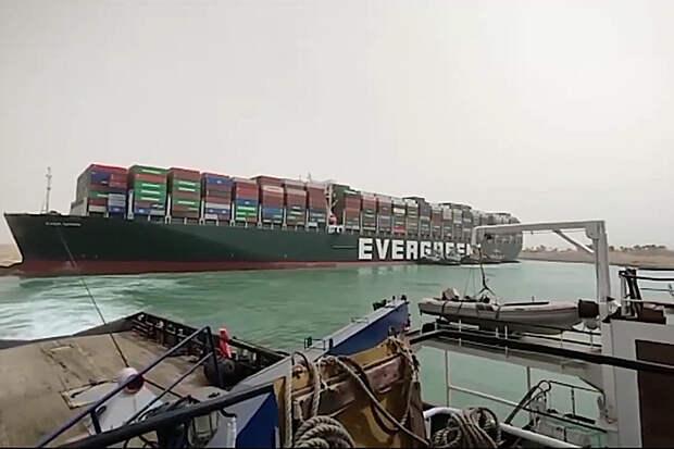 Гигантское судно перекрыло Суэцкий канал