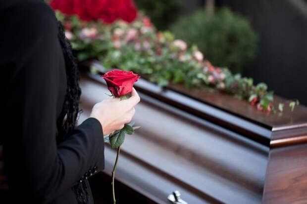 Что еще надо знать при подготовке к кремации. Не приносите на прощание живые цветы - их не разрешат положить в гроб, крематорий их не принимает. Только некое количество искусственных