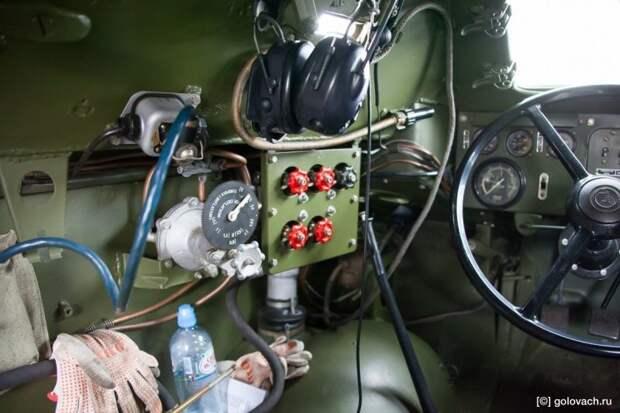 Тут и краны клапанов пневматики, и топливные магистрали, и огромных размеров руль-штурвал. Лодку БРДМ-1 (ГАЗ-40П) напоминает не просто так. авто, автомобили, брдм, брдм-1, бронеавтомобиль, броневик, военная техника, тест-драйв