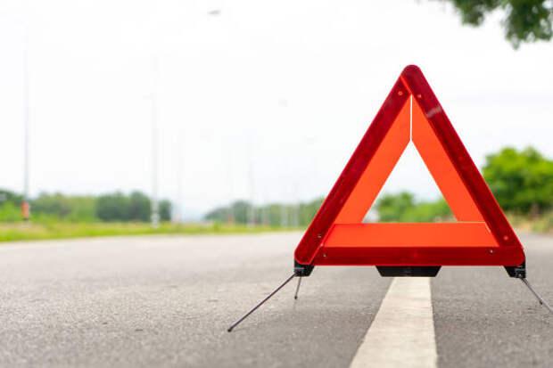 breakdown triangle stands alongside the road. car broke down sign on road concept. - дтп стоковые фото и изображения