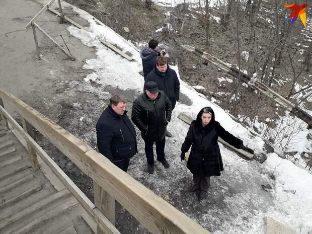 Депутат Берлинского городского парламента от парти АдГ Гуннар Линдеманн (слева) осматривает разрушенный мост между ЛНР и Украиной