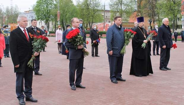 Представители власти возложили цветы и венки у Вечного огня в Подольске