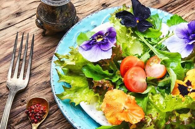 вкусный салат с фиалками