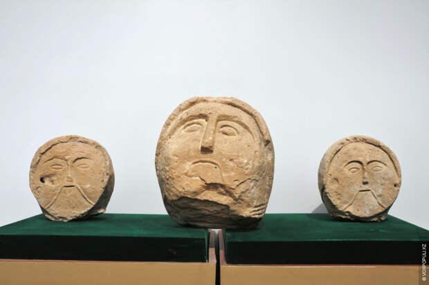 В общих чертах лица похожи на персов или греков, на скульптуры европейских народов, что говорит...