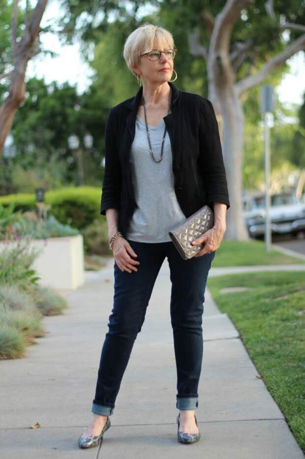 Чёрные, синие, серые – какие джинсы точно украсят женщин после 50