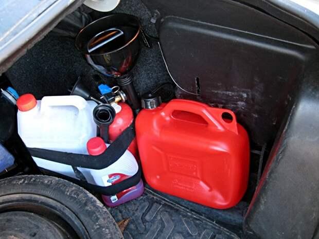 Далеко не каждая канистра подходит. /Фото: drive2.com.