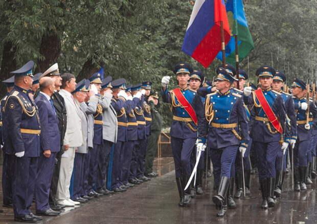 Торжественный ритуал возложения цветов к памятнику воинам-десантникам, погибшим при исполнении воинского долга, прошел на Суворовской площади в Москве