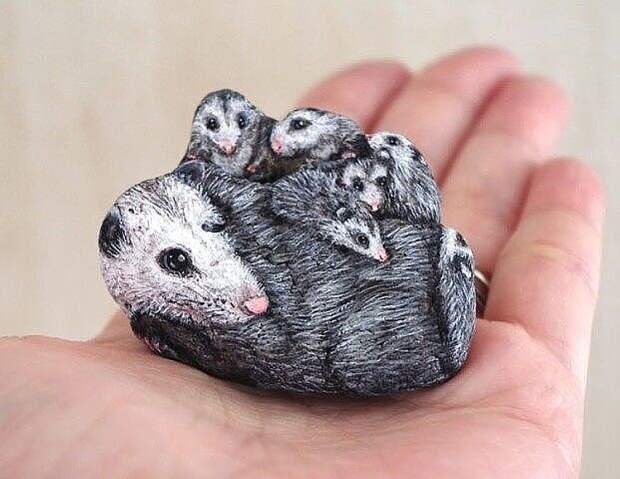 В ее руках камни оживают. Японская художница Акие Наката превращает найденные камни в очаровательных животных, которых вы можете держать на ладони.