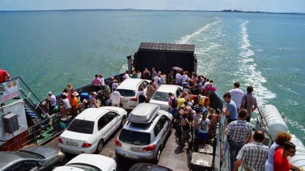 Поток легкового автотранспорта через Керченскую переправу снизился практически на 90%