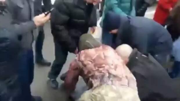 В сеть попало видео: в Киеве устроили самосуд над наглым водителем BMW авто, видео, интересное, киев, парковка, пдд, расправа, самосуд