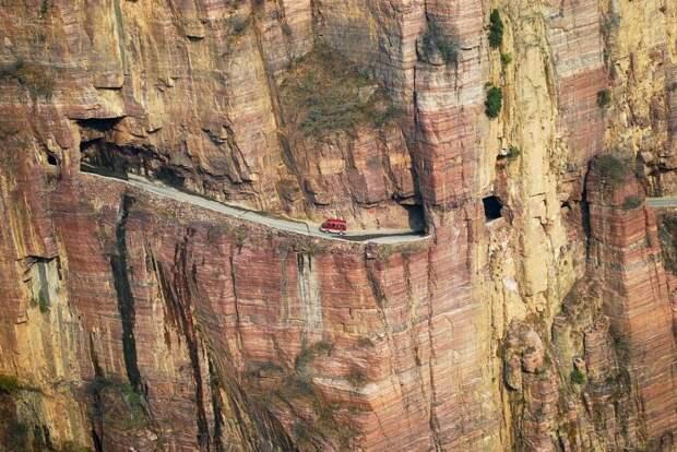 Тяжело поверить, что дорогу пробили вручную, обычными молотками и зубилами. /Фото: 2.bp.blogspot.com