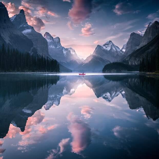 Бывшая модель путешествует по миру и снимает красивую природу