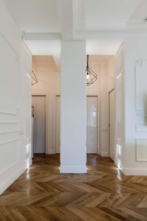 Несущию колонну превратили в центр между двумя входами в гостиную.
