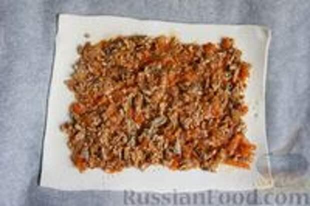 Фото приготовления рецепта: Слоёный пирог с килькой в томате - шаг №6