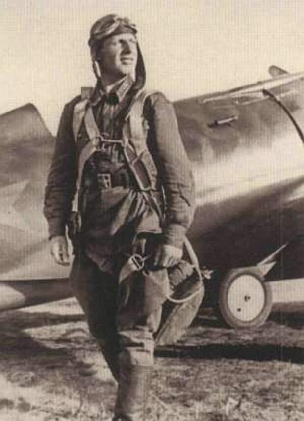 Лётчик В. Скобарихин возле своего И-16