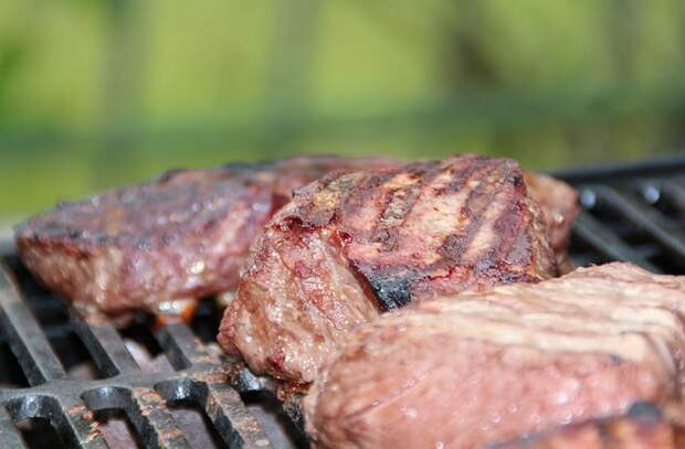 8 видов еды, ускоряющих старение тела: соленые огурцы и колбаса