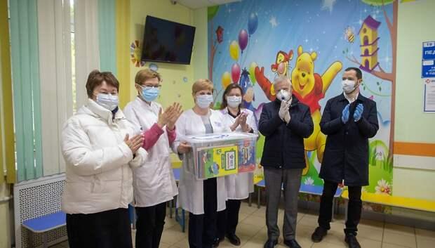 Депутаты Подольска вручили книги и настольные игры двум детским медучреждениям