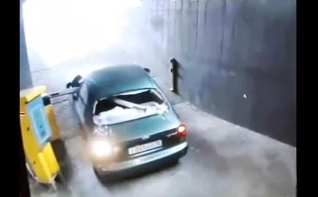Отстань, противный! - нервная схватка водителя со шлагбаумом