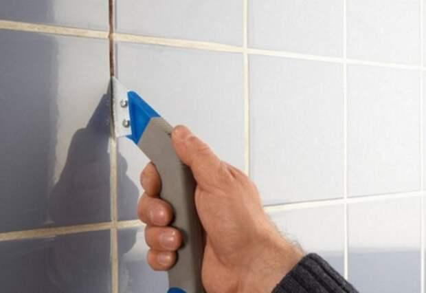 Очистите межплиточное пространство отверткой малого сечения или строительным ножом и хорошо промойте / Фото: kupi-krasku.ru