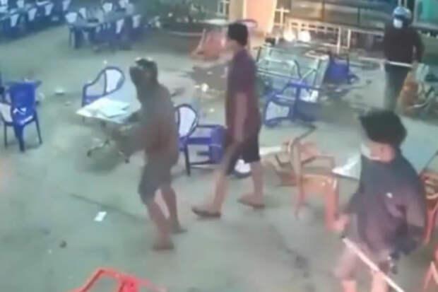 Огонь, коктейли Молотова и мотоциклы: байкеры напали на вьетнамское кафе, но получили жесткий отпор